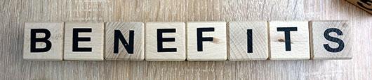 """Holzwürfel ergeben den Schriftzug """"Benefits"""" –Content Curation bringt Nutzern und Kuratoren viele Benefitsco"""