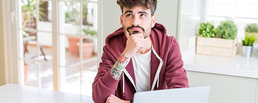 Mann überlegt, wie er seine Inhalte überzeugend schreiben kann