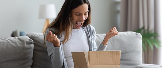 Dank erfolgreichem Contentmarketing ist die Frau glücklich mit ihrem neuen Produkt